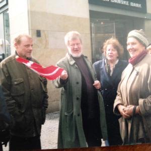 Rahoittaakseen kirjailijantyötään ja saadakseen vastapainoa yksinäiselle kirjoittamiselle Torsti Lehtinen vetää kulttuurimatkoja eri kohteisiin. Tässä ollaan matkailijaryhmän kanssa Kööpenhaminassa 90-luvun lopulla, Lehtisen vanhassa kotikaupungissa.