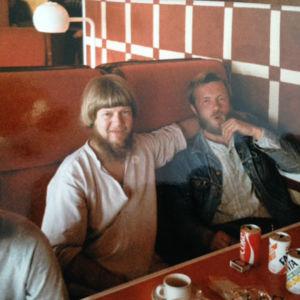 """Torsti Lehtinen on palaamassa 80-luvun alussa Ruotsista, missä hän oli töissä ensin tarkkailuluokan opettajana ja sitten huumetyöntekijänä. """"Kolmikymppisenä tajusin, että haluan tehdä työtä, jossa sydän on mukana."""""""
