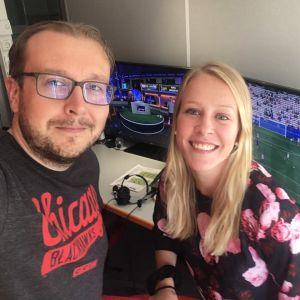 Antti Koivukangas och Adelina Engman jobbade tillsammans på en match under fotbolls-VM.