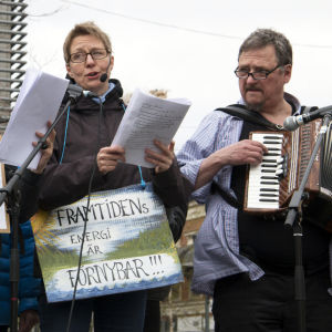 Demonstration mot kärnkraften i Umeå centrum, kvinna sjunger, man spelar dragspel