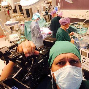 Elossa 24h-sarjan kuvaaja leikkaussalissa Lastenklinikalla