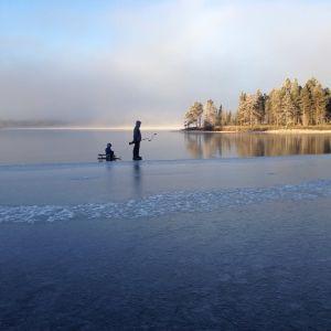 Nikula ja Haavisto rakensivat kymmenisen vuotta sitten kodin Inariin, Muddusjärven rantaan. Arkea ilostuttavat nyt myös Juháán (kuvassa) ja Marttin. Nikula haluaa opettaa pojilleen ainakin ystävällisyyttä, luonnon kunnioitusta ja kalastuksen iloja.