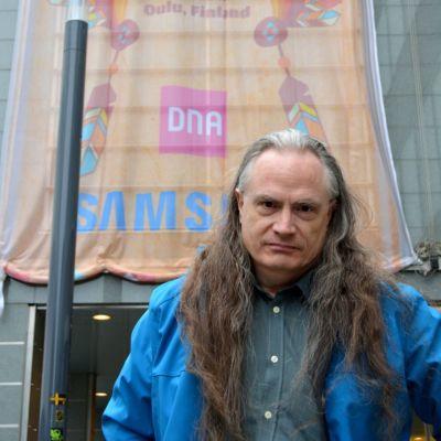 Mohawk-heimoon kuuluva oululainen Anthony Rice-Perttunen katsoo kameraan.