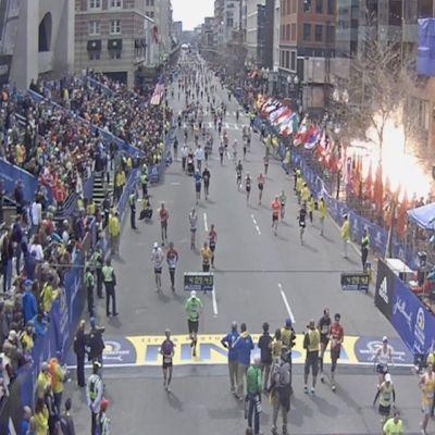 Pommin räjähdys kadulla.