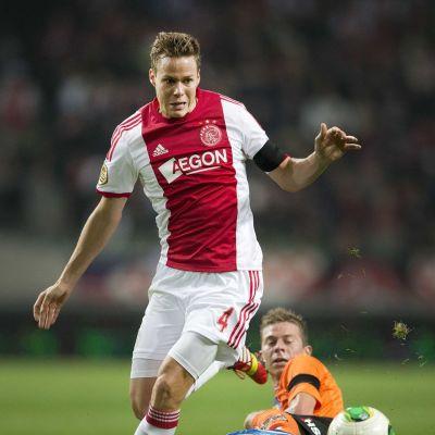 Ajaxin Niklas Moisander kuljettaa palloa.
