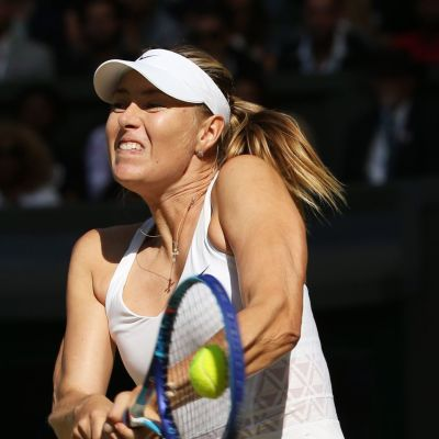 Maria Sharapova lyö palloa.