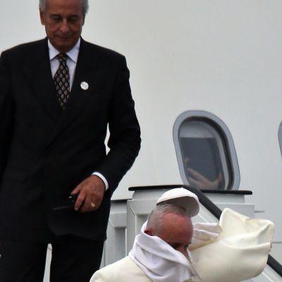 Paavi kävelee alas portaita lentokoneesta