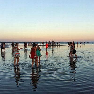 Yleisöä nauttimassa Pärnun lämpimästä säästä Weekend Baltic -festivaalilla perjantaina.