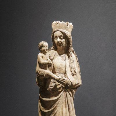 Keskiaikainen veistos Mariasta Jeesus-lapsi sylissään.