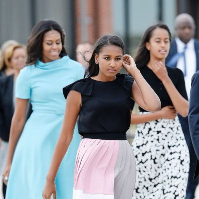 Michelle,Sasha ja Malia Obama kävelevät juhlavaatteissa.