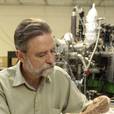 Mark Harrison tutkii laboratoriossa magmalohkareita.