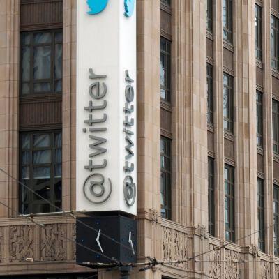 Twitter tunnus rakennuksen kyljessä.