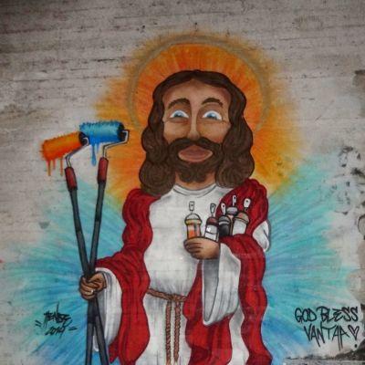 Jeesus-graffiti jo osittain puretun Kaivokselan kirkon alttariseinässä.