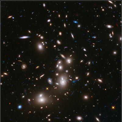 Hubble-teleskoopin pitkällä valotusajalla ottama kuva Abell 2744 -galaksijoukosta.