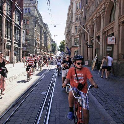 Pyöräilijöitä Mikonkadulla
