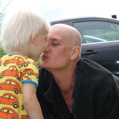 Äiti suukottaa poikaa