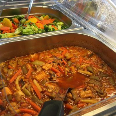 Kasvisvaihtoehdot seinäjokisen lounasravintolan buffetissa.