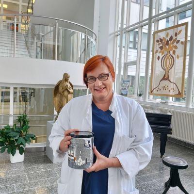 Satasairaalan ylilääkäri Raija Uusitalo-Seppälä sai Satakunnan Journalistien hunajapurkki-palkinnon hyvästä koronaviestinnästä.
