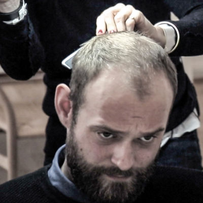 Programledare Sigurd Kongshøj Larsen i frisörsstolen.