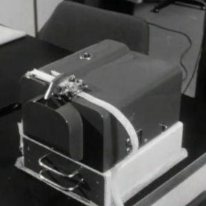 Elliott 803 -tietokoneen nauhanlävistäjä Helsingin Kaapelitehtaalla 1961.