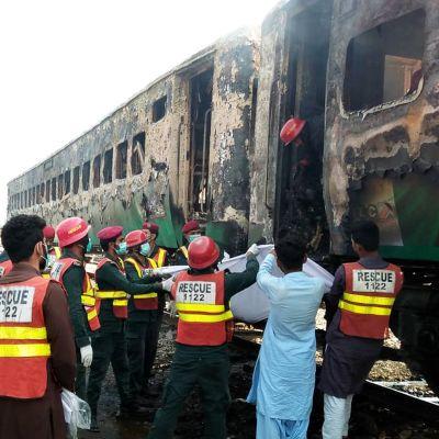 Pelastustyöntekijöitä palaneen junanvaunun vierellä.