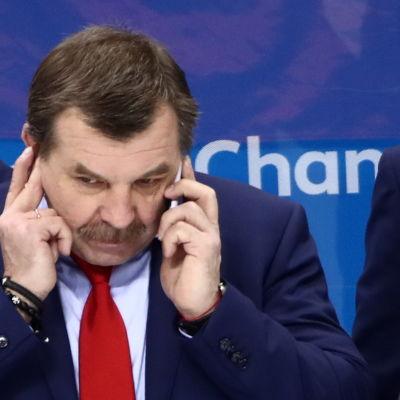 Ryske hockeytränaren Oleg Znarok pratar i telefon.