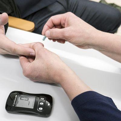 Verensokeria mitataan vastaanotolla.