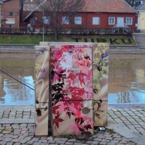 Elskåp med målningar på invid Aura å
