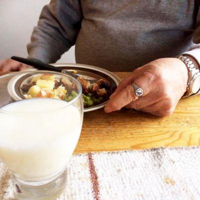 Helena Piiparisen kotihoidon miesasiakas syömässä