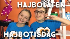 """Maddie och Bertha spelar upp Hajbos egen musikvideolåt """"Varför bryr jag mig""""."""