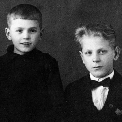 Viipurilaisen kanttori Oskari Tillin lapset Tellervo, Kalevi ja Olavi vuonna 1928.