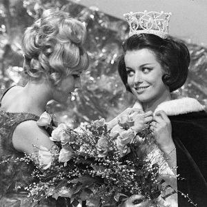 Miss Suomi 1966 -kilpailut. Kruunattu Miss Suomi 1966 Satu Östring, jolle edellinen missi Virpi Miettinen kiinnittää viittaa.