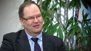 Professori, kardiologian erikoislääkäri Pekka Raatikainen haastattelukuvassa