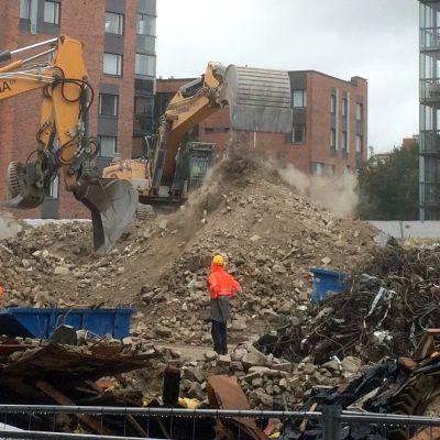 Kaivinkoneita kaivamassa rakennusjätettä.