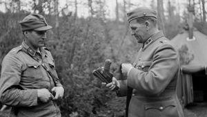 Alfons Almi ja kenraalimajuri Aaro Pajari.