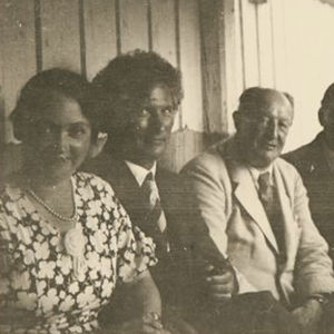 Ainolan kuistilla istumassa Margaret ja Yrjö Kilpinen, saksalaismuusikot säveltäjä-kapellimestari Paul Graener ja sellisti Paul Grümmer sekä Jean ja Aino Sibelius.