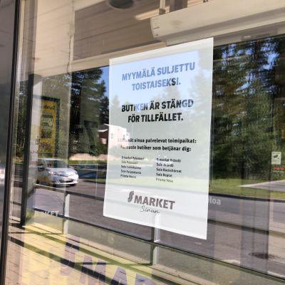 Skylt på dörren till Gerby S-Market som förklarar att butiken är stängd och ger förslag på var man kan köpa mat istället.