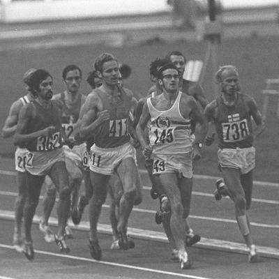Yleisurheilun EM-kisat 1971 Olympiastadionilla. 5000 metrin juoksu, juoksijajoukon kärjessä Juha Väätäinen (numero 738), joka voitti kilpailun.