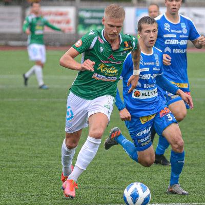 André Österholm löper med bollen i fötterna.
