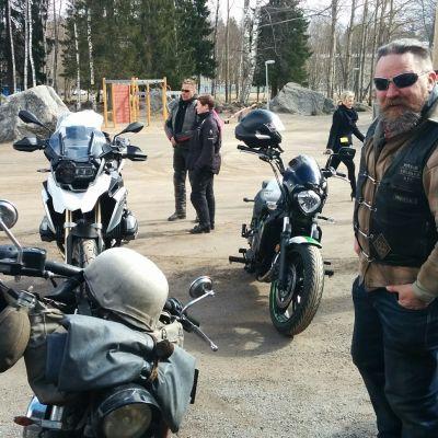 Motoristit Koulukiusaamista Vastaan jalkautuivat Mustasaaren keskuskoululle Ari Santaharjun johdolla.