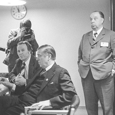 Eduskuntavaalit 1975. Vaalivalvojaiset Pasilan tv-studiossa, Veikko Vennamo. Puolueiden edustajia mm. Ele Alenius, Johannes Virolainen ja Veikko Vennamo seuraamassa vaalituloksia, Veikko Vennamo lehtikuvaajan kohteena.