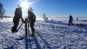 Ihmiset ulkoilemassa talvisessa säässä.
