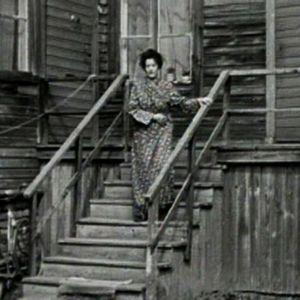 Nainen talonsa rappusilla Amurissa.