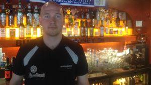 Toni Suonsiuvu är restaurangchef vid Sportpub Chelsea.