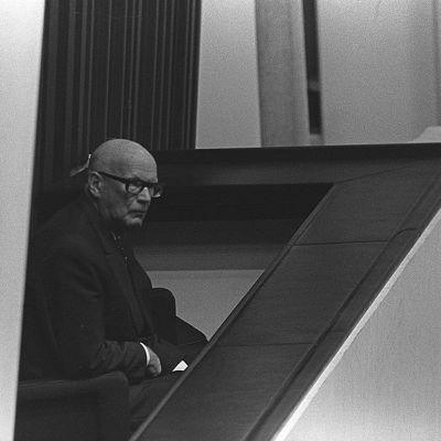 Presidentti Urho Kekkonen seuraa pääministerikokousta Finlandia-talon parvekkeella.