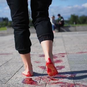 fötter som lämnar röda (blodiga) fotspår