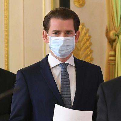 Itävallan johto saapui tänään koronatietotustilaisuuteen hengityssuojaimet kasvoilla. Liittokansleri Sebastian Kurz toinen oikealta.