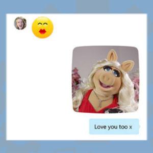 Kuvakaappaus Skypen uudesta versiosta: Kuvassa keskustelua: emoji ja hassu profiilikuva.