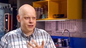 Jukka-Pekka Suomela haastattelukuvassa.