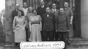 En gammal svartvit bild av lärarkåren vid Virkby samskola 1951.